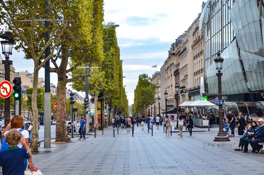 Paris Champs Elysees Bulvarı Yaya Kaldırımı