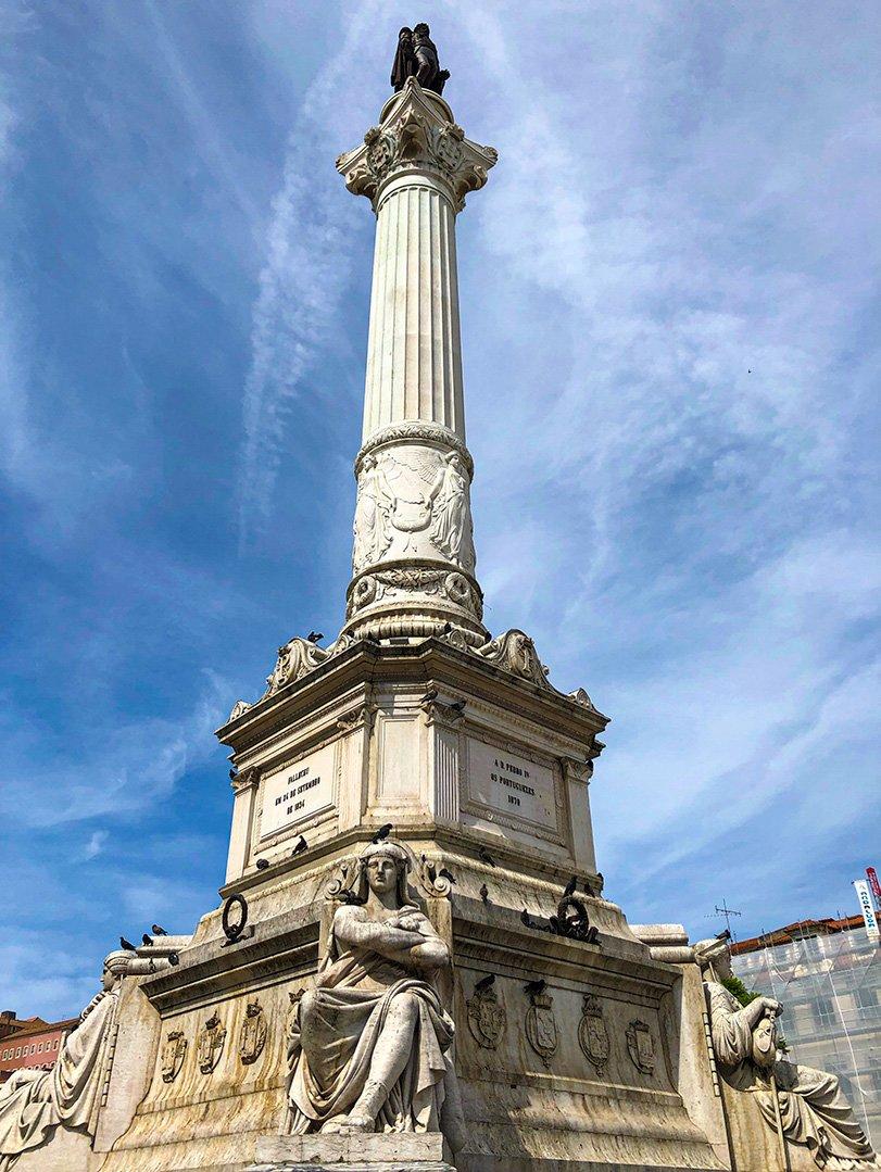 Libertad bulvarı üzerinde bulunan 7.Eduardo Meydanındaki Ulusal Deprem Anıtı.