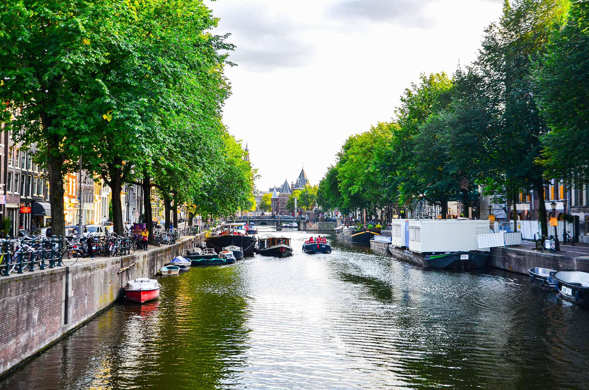 Su kanallarında yüzen evler